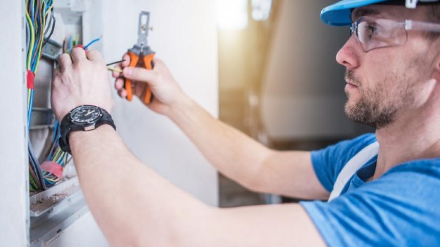 electric-technician-job_1426-1355